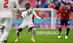 Bukayo Saka dari Inggris mengontrol bola saat pertandingan grup D kejuaraan sepak bola Euro 2020 antara Republik Ceko dan Inggris di stadion Wembley di London, Rabu (23/6) dini hari WIB.