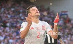 Cesar Azpilicueta dari Spanyol merayakan setelah mencetak gol kedua timnya pada pertandingan babak 16 besar Piala Eropa 2020 antara Kroasia dan Spanyol di stadion Parken di Kopenhagen, Denmark, Senin (28/6).