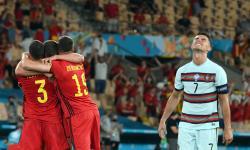 Pemain Portugal Cristiano Ronaldo (kanan) dan pemain Belgia bereaksi setelah pertandingan sepak bola babak 16 besar UEFA EURO 2020 antara Belgia dan Portugal di Seville, Spanyol, 27 Juni 2021.