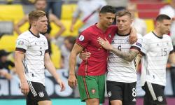 Cristiano Ronaldo (kiri) dari Portugal memeluk Toni Kroos dari Jerman setelah pertandingan sepak bola babak penyisihan grup F UEFA EURO 2020 antara Portugal dan Jerman di Munich, Jerman, 19 Juni 2021.