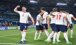 Declan Rice (kiri) dari Inggris dan rekan satu timnya merayakan gol ke gawang Ukraina.