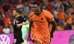 Denzel Dumfries dari Belanda melakukan selebrasi usai mencetak gol kedua timnya pada pertandingan babak penyisihan grup C UEFA EURO 2020 antara Belanda dan Austria di Amsterdam, Belanda, 17 Juni 2021.