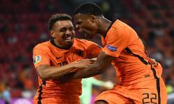 Denzel Dumfries (kanan) dari Belanda merayakan dengan Donyell Malen dari Belanda setelah mencetak gol kedua timnya selama pertandingan sepak bola babak penyisihan grup C UEFA EURO 2020 antara Belanda dan Austria di Amsterdam, Belanda, 17 Juni 2021.