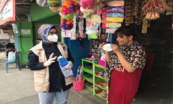 Deputi Bidang Pencegahan BNPB Dra. Prasinta Dewi, M.A.P membagikan masker kepada penjual/toko di sekitaran mal Diana Shopping center kota Timika (26/9).