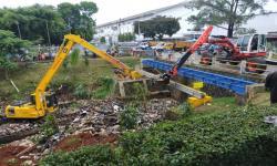 Dinas PUPR Kerahkan Alat Berat Bersihkan Sampah di Kali Baru