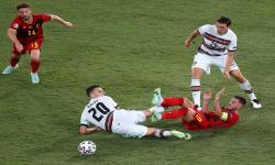 Eden Hazard (2-kanan) dari Belgia beraksi melawan Diogo Dalot (2-L) dari Portugal selama pertandingan sepak bola babak 16 besar UEFA EURO 2020 antara Belgia dan Portugal di Seville, Spanyol, 27 Juni 2021.