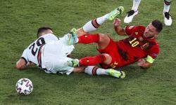 Eden Hazard (kanan) dari Belgia beraksi melawan Diogo Dalot (kiri) dari Portugal selama pertandingan sepak bola babak 16 besar Euro 2020 antara Belgia dan Portugal di Sevilla, Spanyol, 27 Juni 2021.