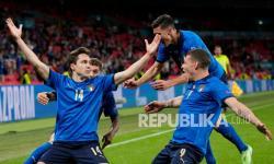 Federico Chiesa dari Italia, kiri, merayakan dengan rekan satu timnya setelah mencetak gol pembuka timnya pada pertandingan babak 16 besar kejuaraan sepak bola Euro 2020 antara Italia dan Austria di stadion Wembley di London, Ahad (27/6) dini hari WIB.