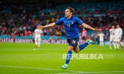 Federico Chiesa dari Italia melakukan selebrasi setelah mencetak gol pembuka timnya pada pertandingan semifinal sepak bola Euro 2020 antara Italia dan Spanyol di Stadion Wembley di London, Inggris, Rabu (7/7) dini hari WIB.
