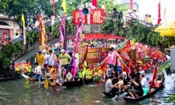 100 Juta Pemudik Festival Perahu Naga Gunakan Kereta Api