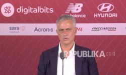 Foto selebaran yang disediakan oleh operasi media AS Roma dari pelatih kepala baru AS Roma Jose Mourinho menghadiri konferensi pers pada kesempatan presentasinya, Roma, Italia, 8 Juli 2021.