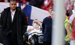 Gelandang timnas Denmark, Christian Eriksen, terlihat siuman usai kolaps pada laga Grup B  Euro 2020 melawan Finlandia, Sabtu (12/6).
