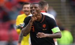 Georginio Wijnaldum dari Belanda melakukan selebrasi setelah mencetak gol kedua timnya pada pertandingan sepak bola babak penyisihan grup C UEFA EURO 2020 antara Makedonia Utara dan Belanda di Amsterdam, Belanda, 21 Juni 2021.