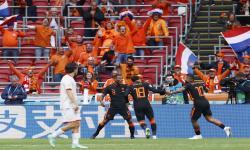 Georginio Wijnaldum (tengah) dari Belanda merayakan dengan rekan satu timnya setelah mencetak keunggulan 3-0 selama pertandingan sepak bola babak penyisihan grup C UEFA EURO 2020 antara Makedonia Utara dan Belanda di Amsterdam, Belanda, 21 Juni 2021.