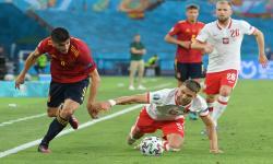 Gerard Moreno (kiri) dari Spanyol beraksi melawan Jan Bednarek (tengah) dari Polandia dalam pertandingan Euro 2020.