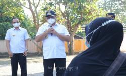 Usai Terima BST Warga Curhat ke Gubernur Erzaldi