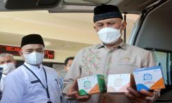 Gubernur Sumatera Barat Mahyeldi (kanan) menunjukkan bantuan obat-obatan dari Presiden Joko Widodo yang diterimanya setibanya di Bandara Internasional Minangkabau (BIM), Padangpariaman, Sumatera Barat, Jumat (6/8/2021). Presiden Joko Widodo memasok bantuan meliputi obat-obatan dan konsentrator oksigen untuk penanganan COVID-19 di Sumatera Barat.