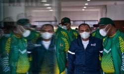 Gubernur Sumatra Utara Edy Rahmayadi (kiri) berbincang dengan salah satu official usai pelepasan kontingen PON Papua asal Sumatra Utara (Sumut) di Lapangan Wisma Atlet Dispora Sumut, Kota Medan, Sumatra Utara,  Ahad (19/9/2021). Sebanyak 331 atlet dan official asal Sumut akan berlaga di PON Papua pada 2-15 Oktober 2021 mendatang.