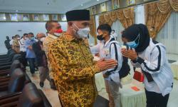 Gubernur Sumatra Barat (Sumbar), Mahyeldi (kiri) melepas sejumlah atlet kontingen PON Sumbar ke Papua, di Kantor Gubernur Sumatra Barat, di Padang, Senin (27/9/2021). Kontingen Sumbar dengan 188 atlet resmi dilepas untuk mengikuti PON Papua dan bertekad meraih peringkat 10 besar.