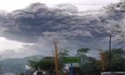 Gunung Semeru Erupsi Muntahkan Awan Panas Sejauh 4,5 Km
