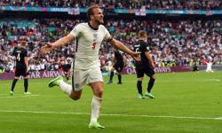 Harry Kane dari Inggris merayakan mencetak gol 2-0 selama pertandingan sepak bola babak 16 besar UEFA EURO 2020 antara Inggris dan Jerman di London, Inggris, 29 Juni 2021.
