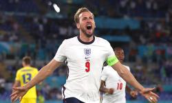 Harry Kane dari Inggris merayakan setelah mencetak keunggulan 1-0 selama pertandingan perempat final UEFA EURO 2020 antara Ukraina dan Inggris di Roma, Italia, 03 Juli 2021.