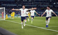 Harry Maguire dari Inggris merayakan setelah mencetak gol kedua timnya selama pertandingan perempat final UEFA EURO 2020 antara Ukraina dan Inggris di Roma, Italia, 03 Juli 2021.