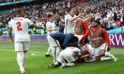 Harry Maguire (tengah) dari Inggris dan rekan satu timnya merayakan kemenangan 2-0 pada pertandingan sepak bola babak 16 besar UEFA EURO 2020 antara Inggris dan Jerman di London, Inggris, 29 Juni 2021.