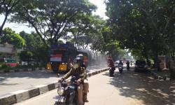 Polisi Semprot Disinfektan di Sejumlah Jalan Kota Bandung
