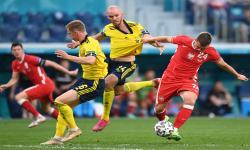 Jakub Swierczok (kanan) dari Polandia beraksi melawan Mikael Lustig dari Swedia selama pertandingan sepak bola babak penyisihan grup E UEFA EURO 2020 antara Swedia dan Polandia di St.Petersburg, Rusia, Kamis (24/6).