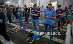 In Picture: Mengintip Warga Palestina Melaksanakan Sholat Id di Ramallah