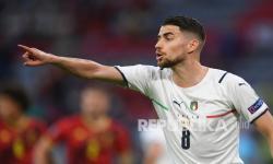Jorginho dari Italia memberi isyarat saat pertandingan perempat final kejuaraan sepak bola Euro 2020 antara Belgia dan Italia di Allianz Arena di Munich, Jerman, Sabtu (3/7) dini hari WIB.