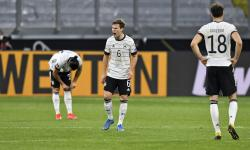 Joshua Kimmich dari Jerman (tengah) bereaksi kecewa setelah timnya kalah di Euro 2020.