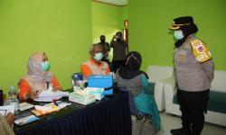 Personel Kepolisian Amankan Vaksinasi Massal di Sukabumi