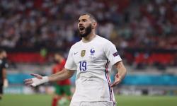 Karim Benzema dari Prancis merayakan keunggulan 2-1 dalam pertandingan sepak bola babak penyisihan grup F UEFA EURO 2020 antara Portugal dan Prancis di Budapest, Hongaria, 23 Juni 2021.