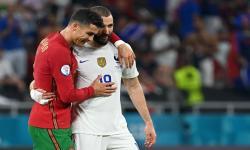 Karim Benzema dari Prancis (kanan) bereaksi dengan Cristiano Ronaldo dari Portugal selama pertandingan sepak bola babak penyisihan grup F UEFA EURO 2020 antara Portugal dan Prancis di Budapest, Hongaria, 23 Juni 2021.