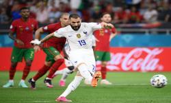 Karim Benzema dari Prancis mencetak gol penyeimbang dari titik penalti pada pertandingan sepak bola babak penyisihan grup F UEFA EURO 2020 antara Portugal dan Prancis di Budapest, Hongaria, 23 Juni 2021.