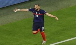 Karim Benzema melakukan selebrasi usai mencetak gol yang kemudian dianulir pada pertandingan sepak bola babak penyisihan grup F UEFA EURO 2020 antara Prancis dan Jerman di Munich, Jerman, 15 Juni 2021.