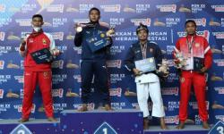 Kenshi Sumatra Barat Ari Pramanto (kedua kiri) menerima medali emas Kempo nomor randori perorangan putra kelas 70 Kg di GOR STT GIDI Sentani, Rabu (13/10)..