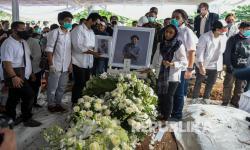 In Picture: Proses Pemakaman Glenn Fredly di TPU Tanah Kusir