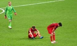 Pemain Denmark berduka usai kalah dalam semifinal UEFA EURO 2020 antara Inggris dan Denmark di London, Inggris, 07 Juli 2021.