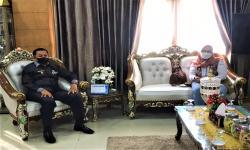 Ketua Satgas Prokes Prasinta Dewi (kanan), didampingi Wakil Walikota Rustan Saru (kiri) saat melakukan rapat koordinasi di Kantor Wakil Walikota Jayapura, Kota Jayapura, Senin (27/9).