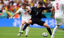 Kieran Trippier dari Inggris (kiri) beraksi melawan Kai Havertz dari Jerman selama pertandingan sepak bola babak 16 besar Euro 2020 antara Inggris dan Jerman di London, Inggris, 29 Juni 2021.