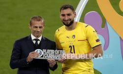 Kiper timnas Italia Gianluigi Donnarumma menerima penghargaan Pemain Terbaik Turnamen dari Presiden UEFA Aleksander Ceferin setelah final Euro 2020 antara Italia dan Inggris di London, Inggris, Senin (12/7) dini hari WIB.