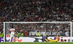 Kiper timnas Italia Gianluigi Donnarumma menggagalkan penalti Bukayo Saka dari Inggris saat adu penalti final Euro 2020 antara Italia dan Inggris di London, Inggris, Senin (12/7) dini hari WIB.