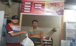 Komunitas Kampung Dongeng Ajak Rumah Zakat Salurkan Sembako
