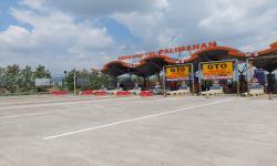Kondisi Gerbang Tol Palimanan Tol Cipali dalam kondisi sepi akibat kebijakan larangan mudik yang ditetapkan pemerintah, Ahad (16/5).
