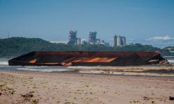 In Picture: Kapal Tongkang Pengangkut Batubara Terdampar di Lebak