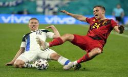 Leandro Trossard (kanan) dari Belgia beraksi melawan Jere Uronen dari Finlandia selama pertandingan sepak bola babak penyisihan grup B UEFA EURO 2020 antara Finlandia dan Belgia di St.Petersburg, Rusia, 21 Juni 2021.