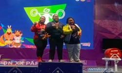 Lifter Jawa Barat Fitria Martiningsih (tengah) berdiri di puncak podium kemenangan cabang angkat berat putri Pekan Olahraga Nasional (PON) XX Papua di Auditorium Uncen Jayapura, Kamis (14/10/2021).